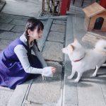 【上坂すみれ】写真集のオフショット!?すみぺが犬と触れ合う可愛い画像が公開